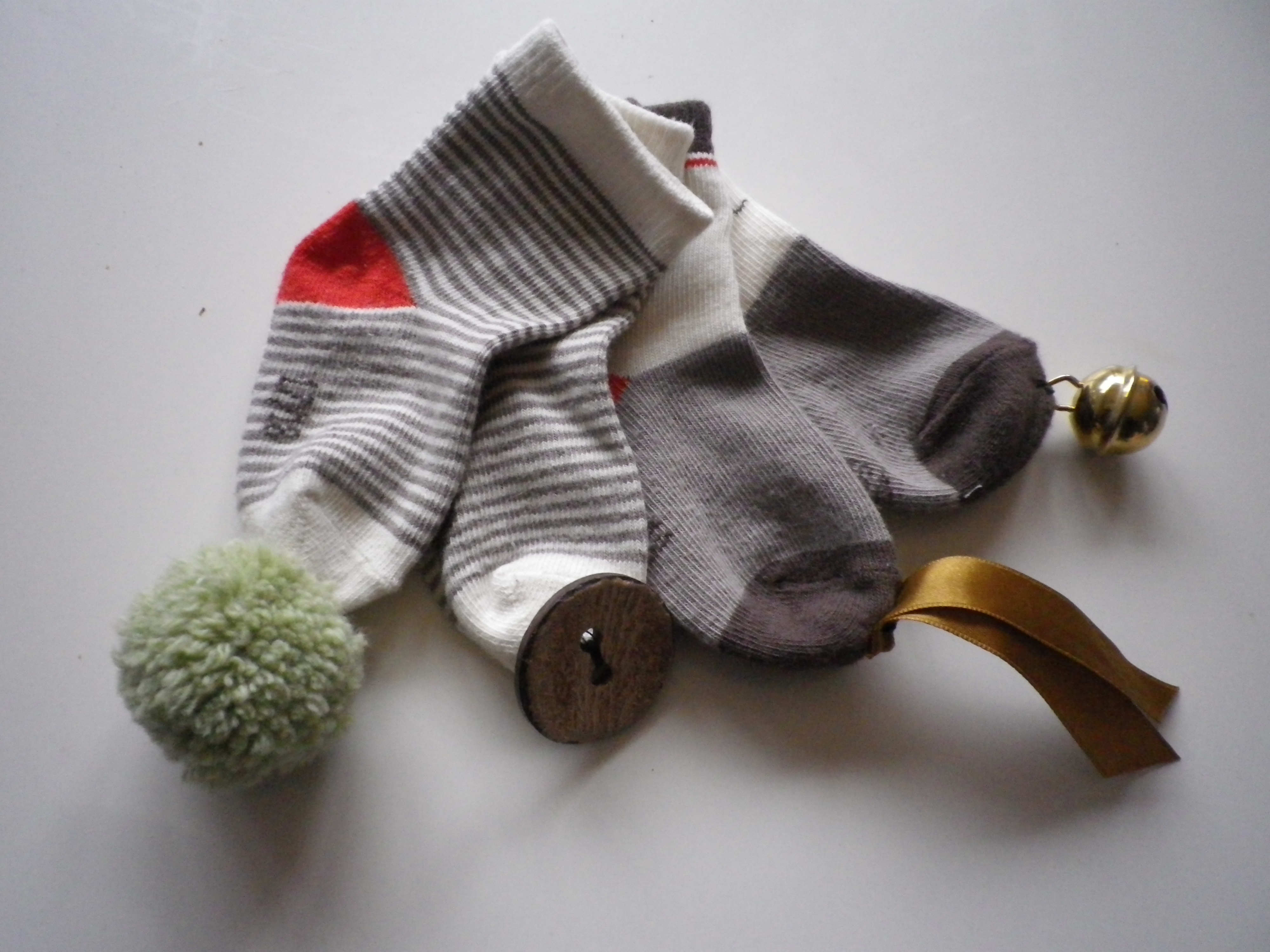 Favorit DIY / ACTIVITE : Des Chaussettes/Hochet pour occuper les mains de  TK44