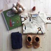 Combinaison Mini Rodini / Chaussons Freshly Picked / Foulard Bonton / Livre Ma petite Forêt collection Acte Sud / Jouet en Bois Manhattan Toy