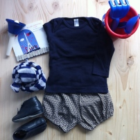 T-Shirt American Apparel / Bloomer fait maison / Foulard H&M / Chaussons DPAM / Cloche musicale / CD Ballades Enfantines à Paris