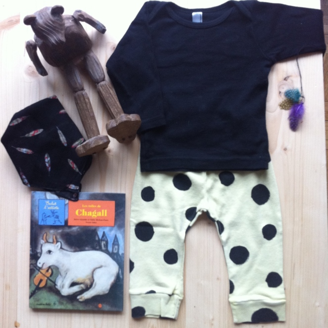 T-Shirt AMERICAN APPAREL, Legging BOBO-CHOSES, Foulard MONOPRIX KIDS, Livre SALUT L'ARTISTE LES TOILES DE CHAGALL