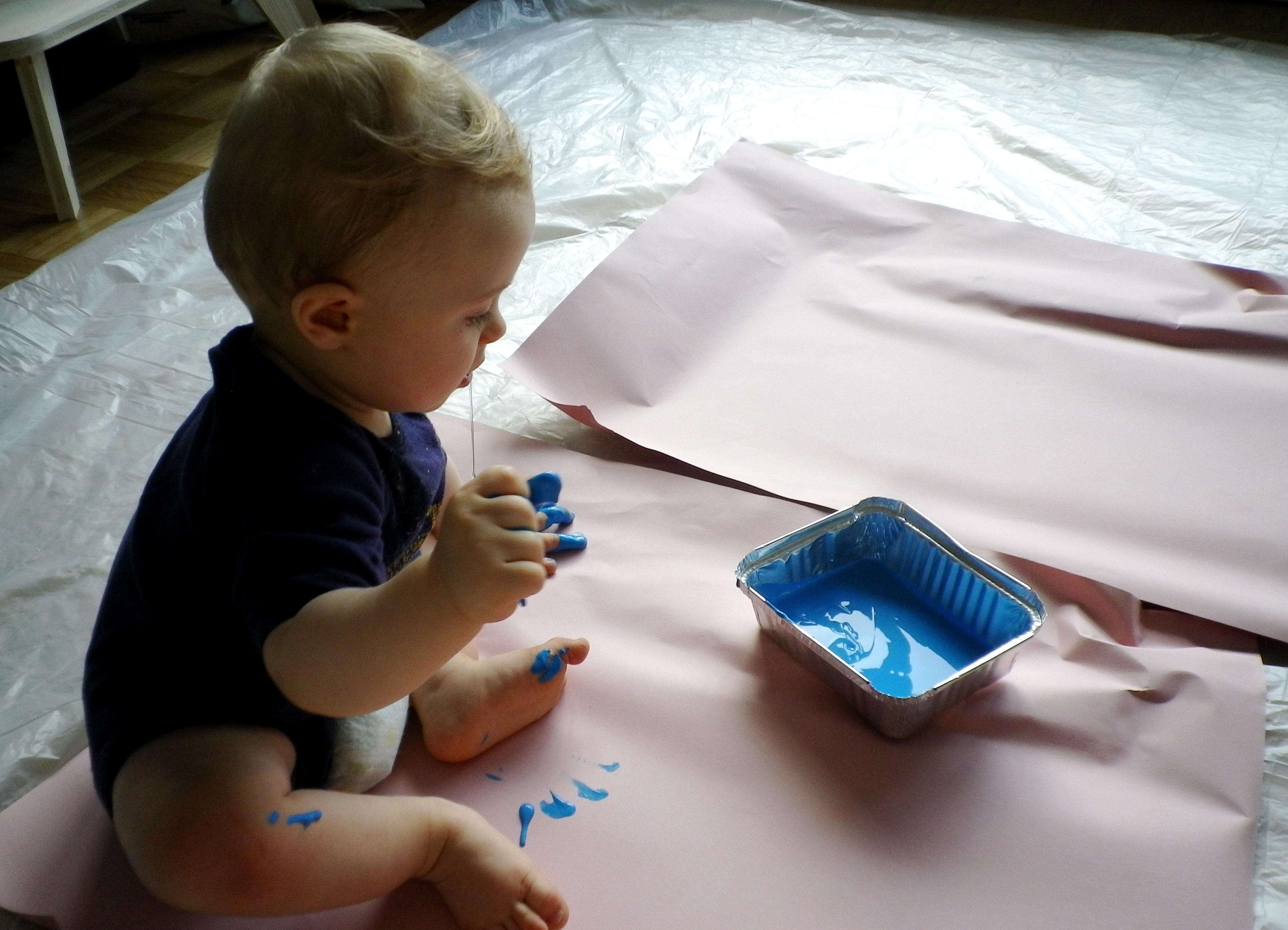activit atelier bebe la peinture avec des tout petits. Black Bedroom Furniture Sets. Home Design Ideas