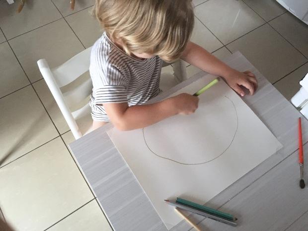 puis nous avons mouill la feuille avec un gros pinceau afin que la peinture glisse sur la surface facilement je lui ai montr comment faire et trs vite